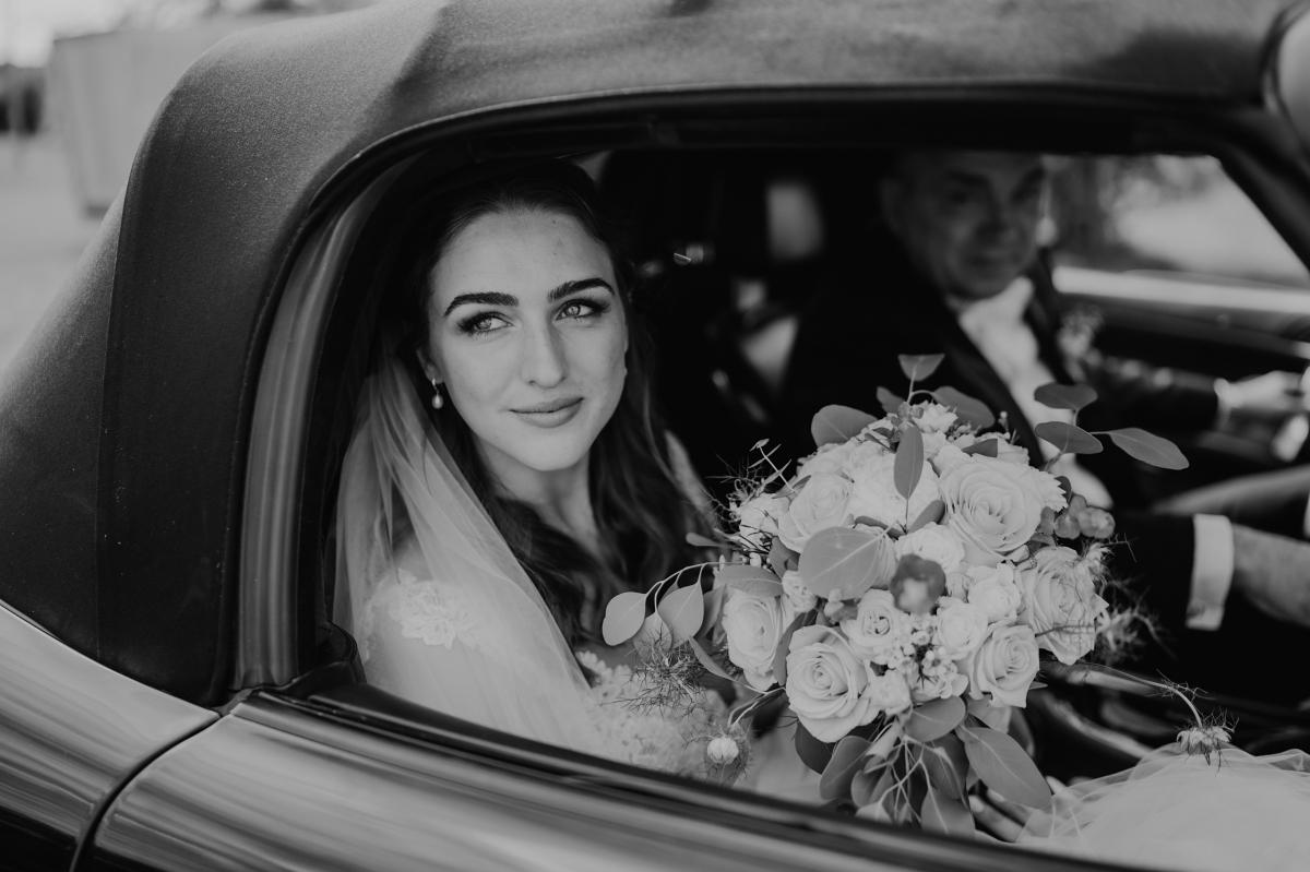 Hochzeitsfoto Braut in Auto kirchliche Trauung - Scheunenhochzeit in Brandenburg im Gutshaus Penzlin Hochzeitsfotograf Berlin © www.hochzeitslicht.de