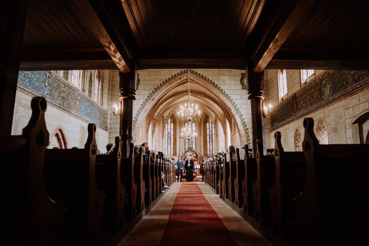 Idee Hochzeitsfoto Trauung Kirche wartender Bräutigam - Scheunenhochzeit in Brandenburg im Gutshaus Penzlin Hochzeitsfotograf Berlin © www.hochzeitslicht.de