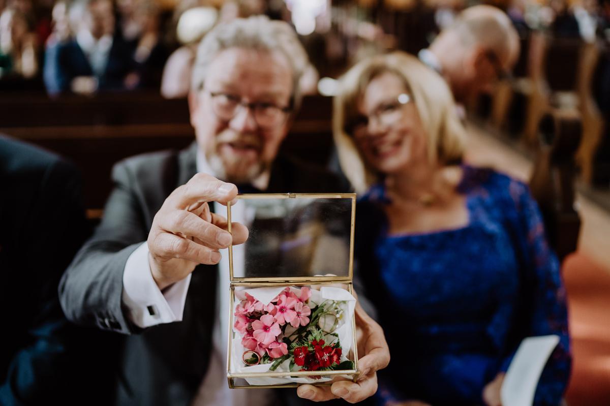 Ringkissen Hochzeit mit Blumen in Glasbox - Scheunenhochzeit in Brandenburg im Gutshaus Penzlin Hochzeitsfotograf Berlin © www.hochzeitslicht.de