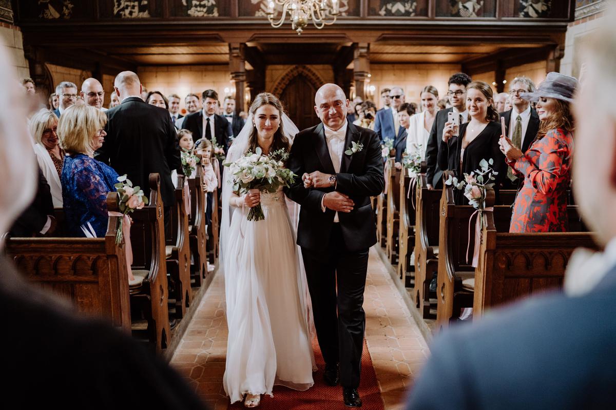 emotionale Hochzeitsfotografie Trauung Kirche - Scheunenhochzeit in Brandenburg im Gutshaus Penzlin Hochzeitsfotograf Berlin © www.hochzeitslicht.de