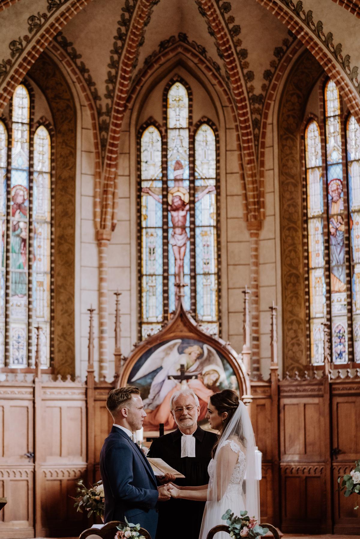 Idee Hochzeitsfoto Braut und Bräutigam Ja-Wort Trauung Kirche vintage Landhochzeit Brandenburg - Scheunenhochzeit in Brandenburg im Gutshaus Penzlin Hochzeitsfotograf Berlin © www.hochzeitslicht.de