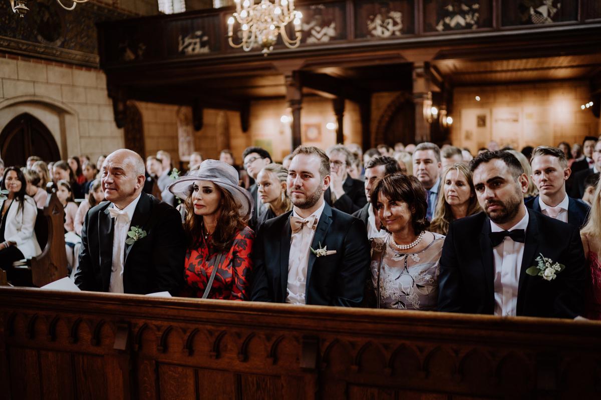 Hochzeitsfoto Hochzeitsgesellschaft Trauung Kirche klassische Landhochzeit - Scheunenhochzeit in Brandenburg im Gutshaus Penzlin Hochzeitsfotograf Berlin © www.hochzeitslicht.de