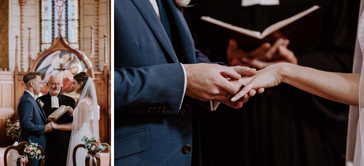 Idee Hochzeitsfoto Tausch Ringe Trauung Kirche - Scheunenhochzeit in Brandenburg im Gutshaus Penzlin Hochzeitsfotograf Berlin © www.hochzeitslicht.de