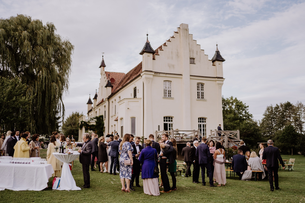 Hochzeitsreportagefoto Sektempfang Gartenhochzeit - Scheunenhochzeit in Brandenburg im Gutshaus Penzlin Hochzeitsfotograf Berlin © www.hochzeitslicht.de
