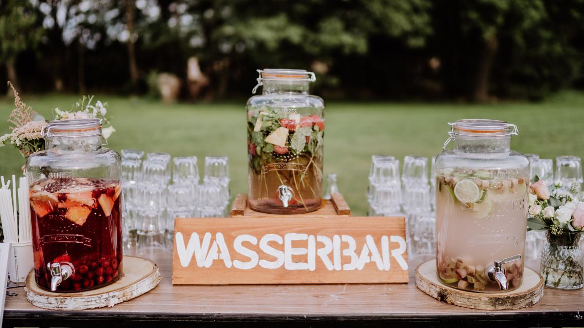 Idee DIY Hochzeit Wasserbar - Scheunenhochzeit in Brandenburg im Gutshaus Penzlin Hochzeitsfotograf Berlin © www.hochzeitslicht.de