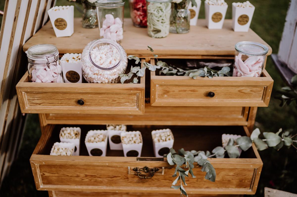 Hochzeitsfoto Candybar Hochzeit Popcorn - Scheunenhochzeit in Brandenburg im Gutshaus Penzlin Hochzeitsfotograf Berlin © www.hochzeitslicht.de