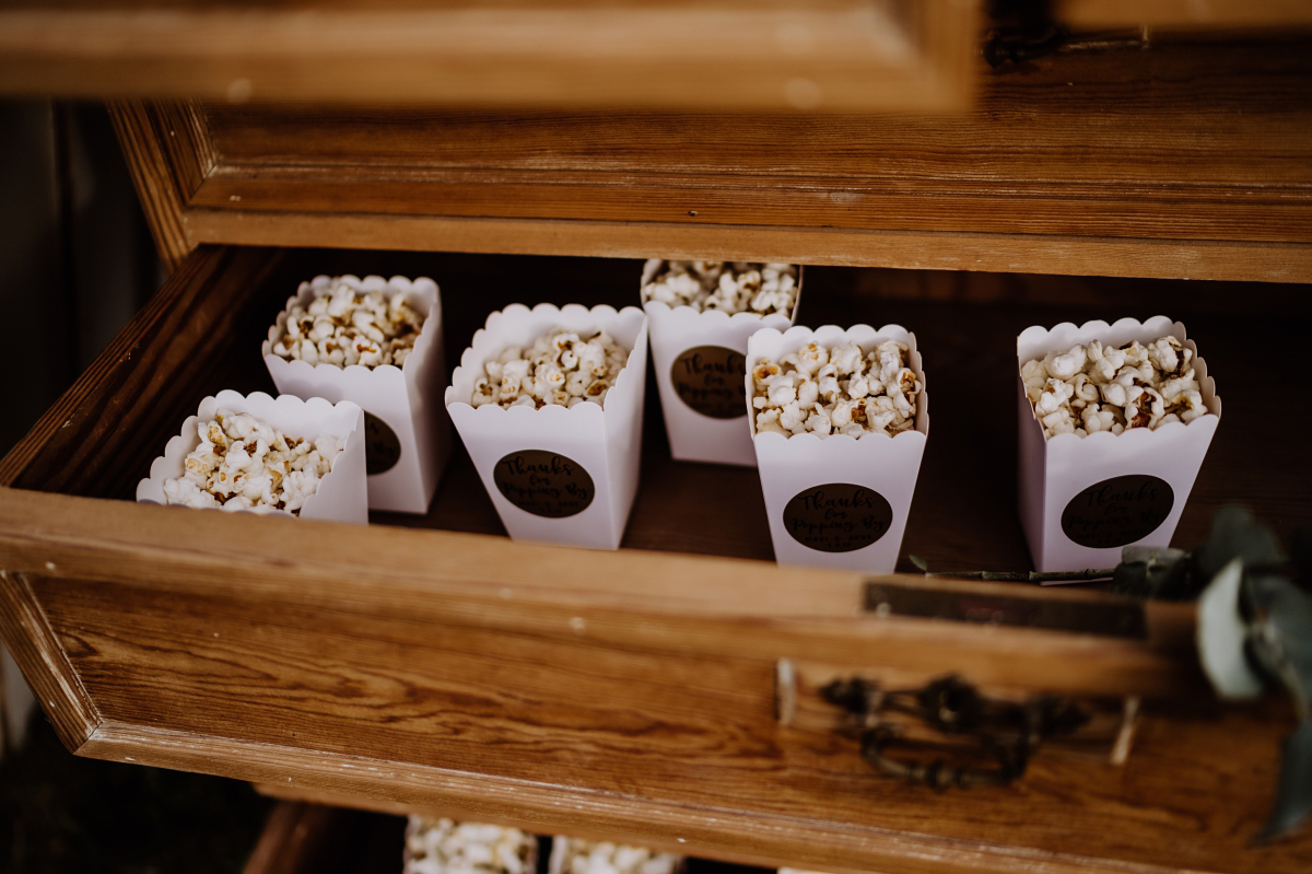 Idee Snack Hochzeit Popcorn - Scheunenhochzeit in Brandenburg im Gutshaus Penzlin Hochzeitsfotograf Berlin © www.hochzeitslicht.de