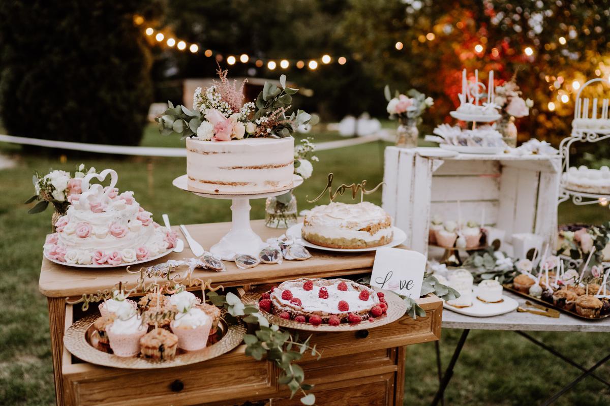 Hochzeitsreportagefoto Kuchen Buffet Vintagehochzeit Garten - Scheunenhochzeit in Brandenburg im Gutshaus Penzlin Hochzeitsfotograf Berlin © www.hochzeitslicht.de