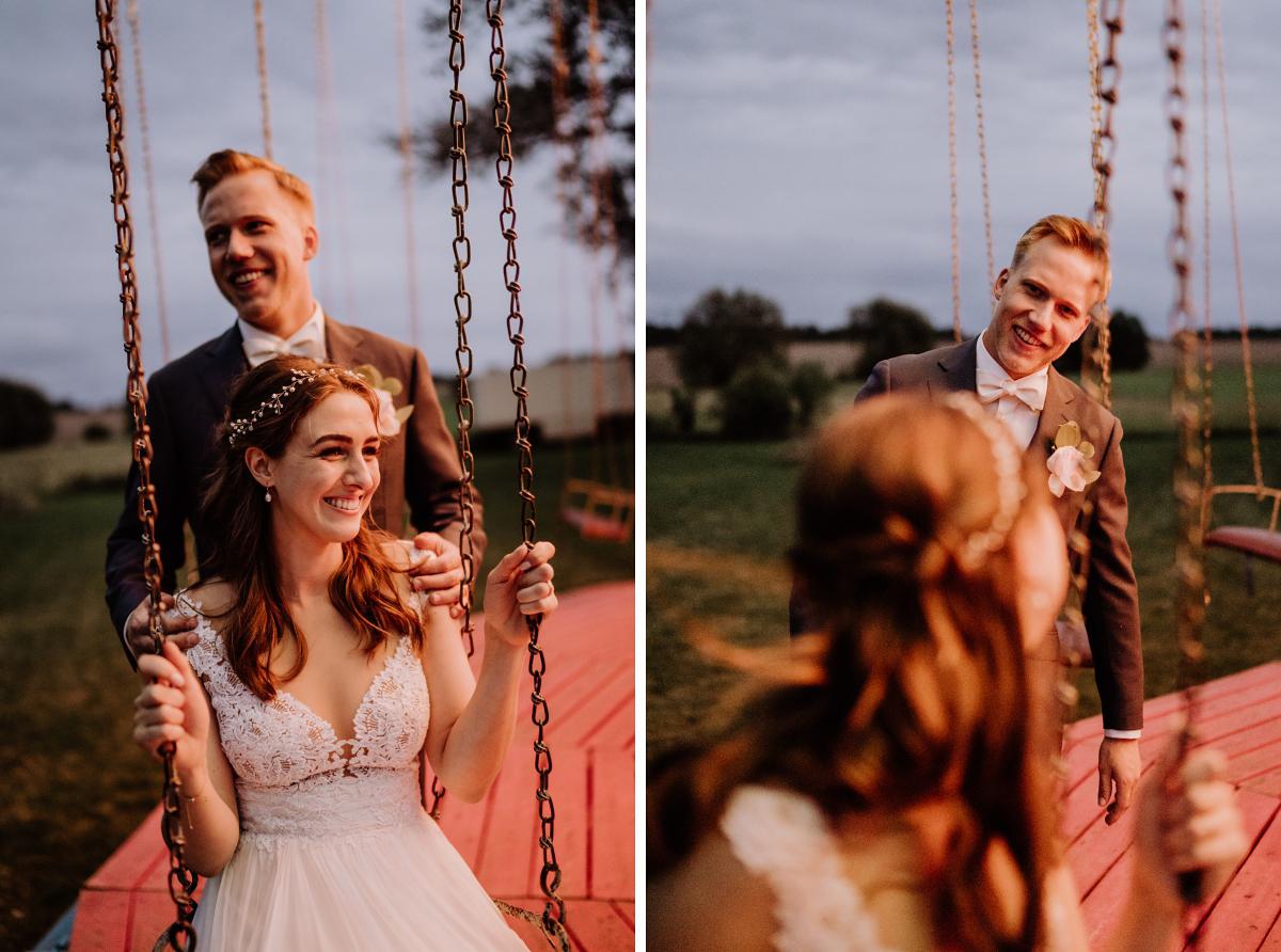 kreative Hochzeitsfotos Braut und Bräutigam Karussell - Scheunenhochzeit in Brandenburg im Gutshaus Penzlin Hochzeitsfotograf Berlin © www.hochzeitslicht.de