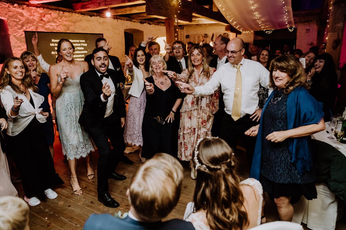 Hochzeitsfoto Spiel Hochzeit Unterhaltung Gäste - Scheunenhochzeit in Brandenburg im Gutshaus Penzlin Hochzeitsfotograf Berlin © www.hochzeitslicht.de