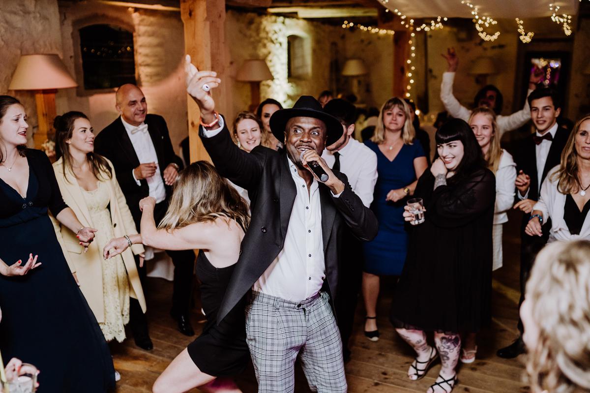 Idee Unterhaltung Gäste Hochzeitsparty Live-Musik - Scheunenhochzeit in Brandenburg im Gutshaus Penzlin Hochzeitsfotograf Berlin © www.hochzeitslicht.de