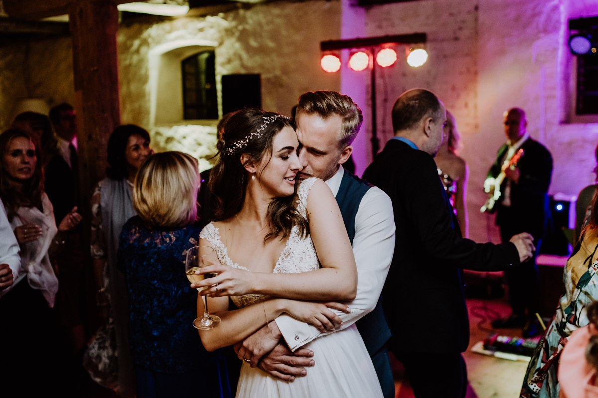 Hochzeitsbild Brautpaar Tanz Hochzeitsfeier - Scheunenhochzeit in Brandenburg im Gutshaus Penzlin Hochzeitsfotograf Berlin © www.hochzeitslicht.de