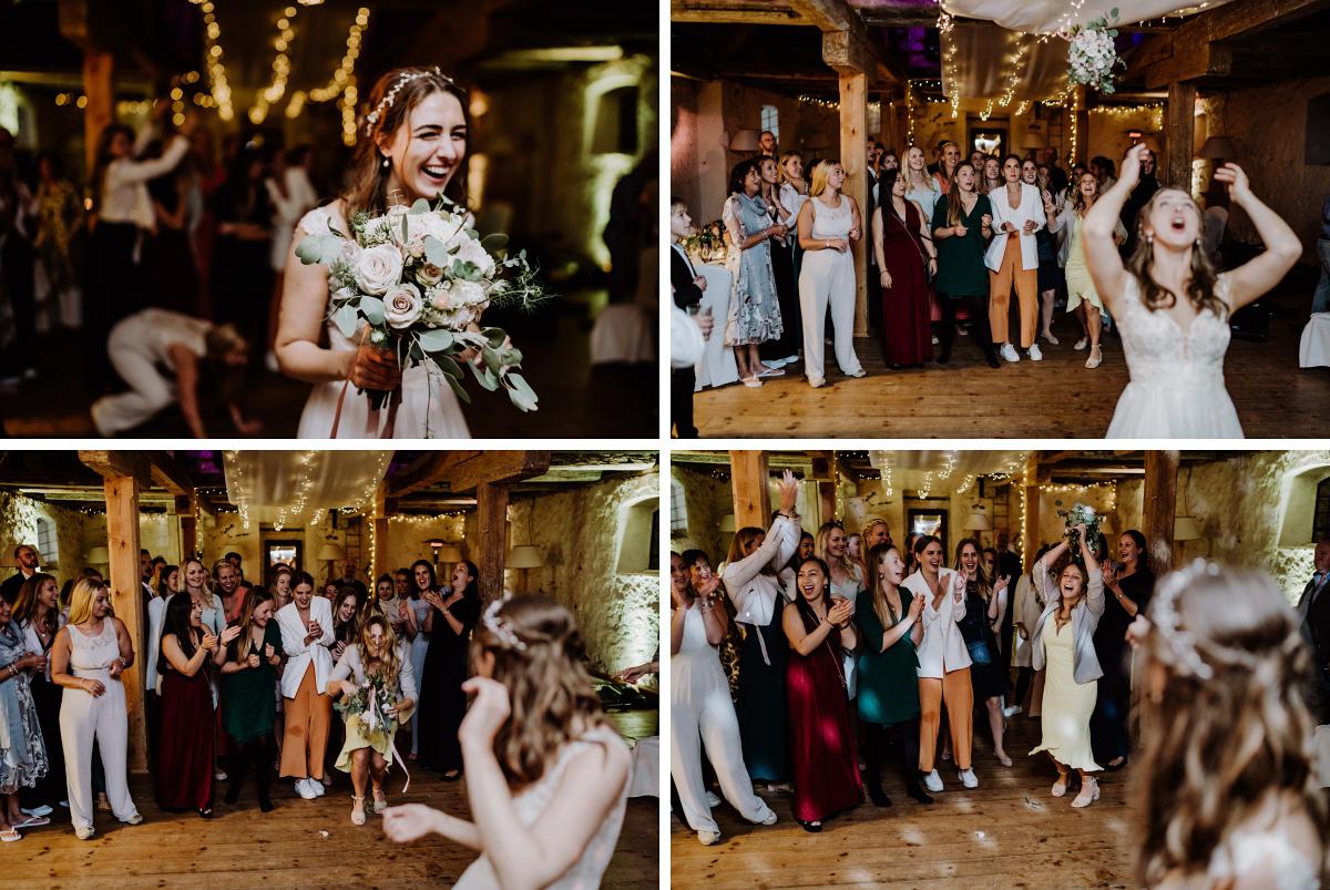Idee Hochzeitsfotos Brautstraußwerfen - Scheunenhochzeit in Brandenburg im Gutshaus Penzlin Hochzeitsfotograf Berlin © www.hochzeitslicht.de