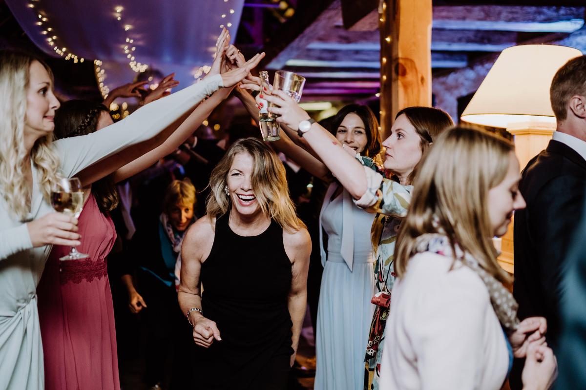 Hochzeitsreportagefoto Spiel Hochzeit - Scheunenhochzeit in Brandenburg im Gutshaus Penzlin Hochzeitsfotograf Berlin © www.hochzeitslicht.de