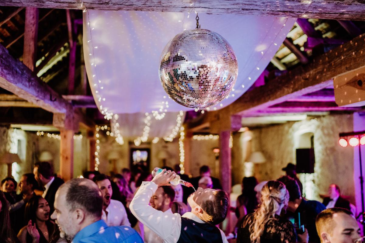 Hochzeitsreportagefoto Hochzeitsfeier Landhochzeit - Scheunenhochzeit in Brandenburg im Gutshaus Penzlin Hochzeitsfotograf Berlin © www.hochzeitslicht.de