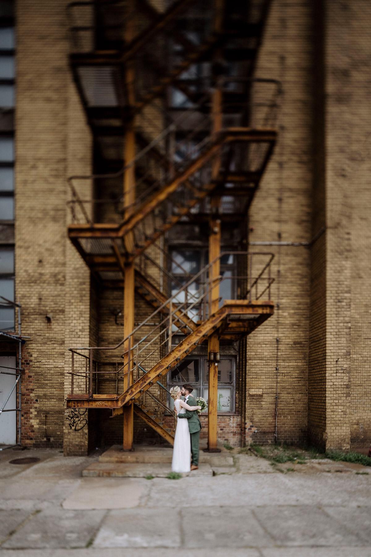 Inspiration Paarfotos urbane Location Fabrik Hochzeitsfotograf Berlin - urbane Hochzeitsfotos im Restaurant Sonnendeck Hochzeitslocation am Wasser Hochzeitsfotograf Berlin © www.hochzeitslicht.de