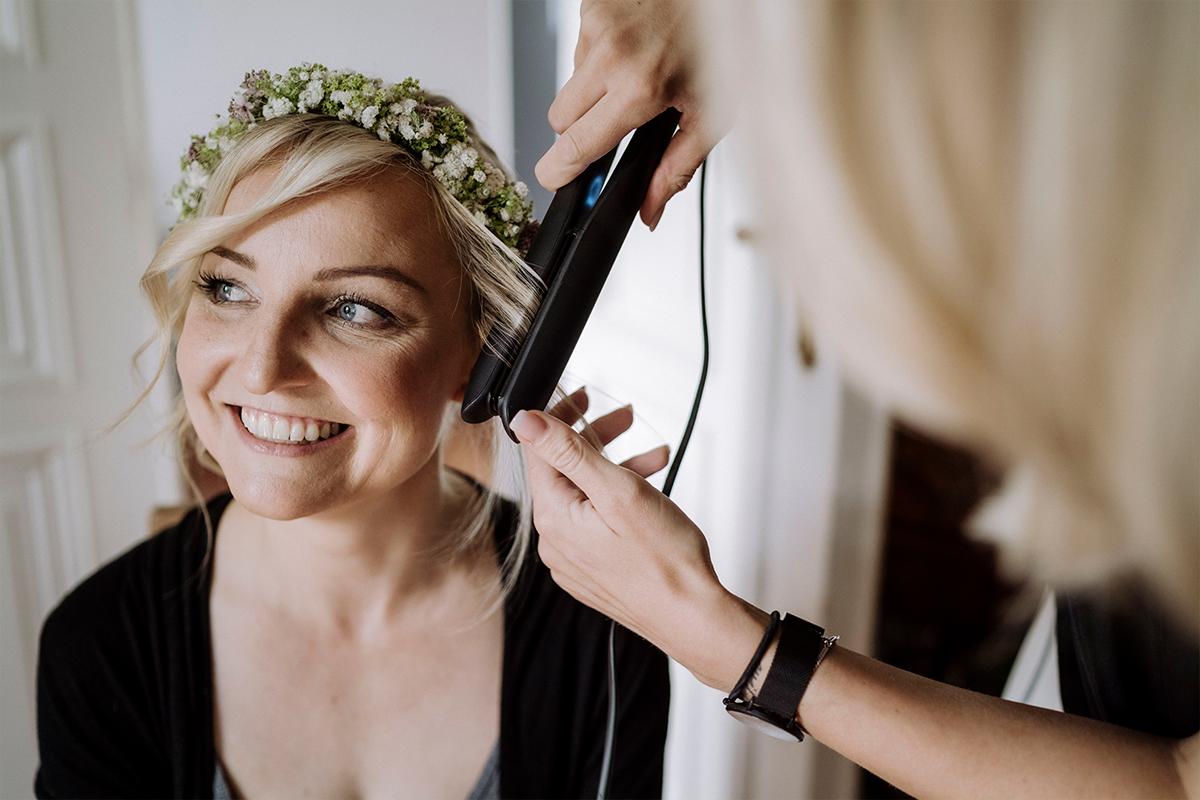 Hochzeitsfotografie Styling Braut Sommerhochzeit - urbane Hochzeitsfotos im Restaurant Sonnendeck Hochzeitslocation am Wasser Hochzeitsfotograf Berlin © www.hochzeitslicht.de