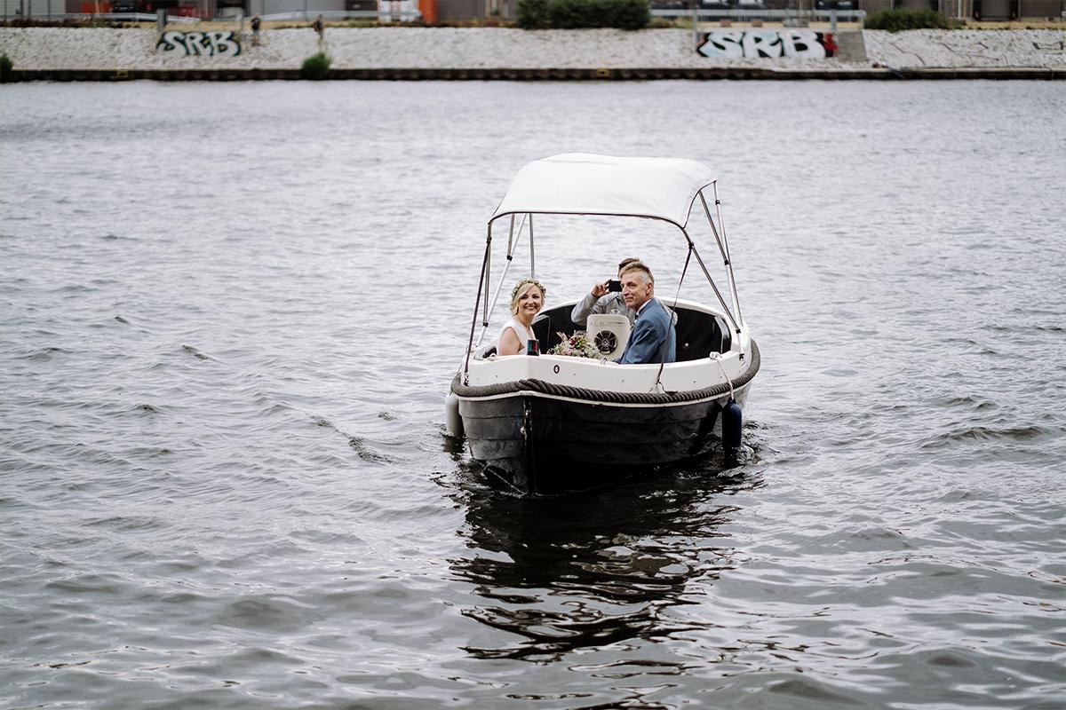 freie Trauung am Wasser Berlin Boot - urbane Hochzeitsfotos im Restaurant Sonnendeck Hochzeitslocation am Wasser Hochzeitsfotograf Berlin © www.hochzeitslicht.de