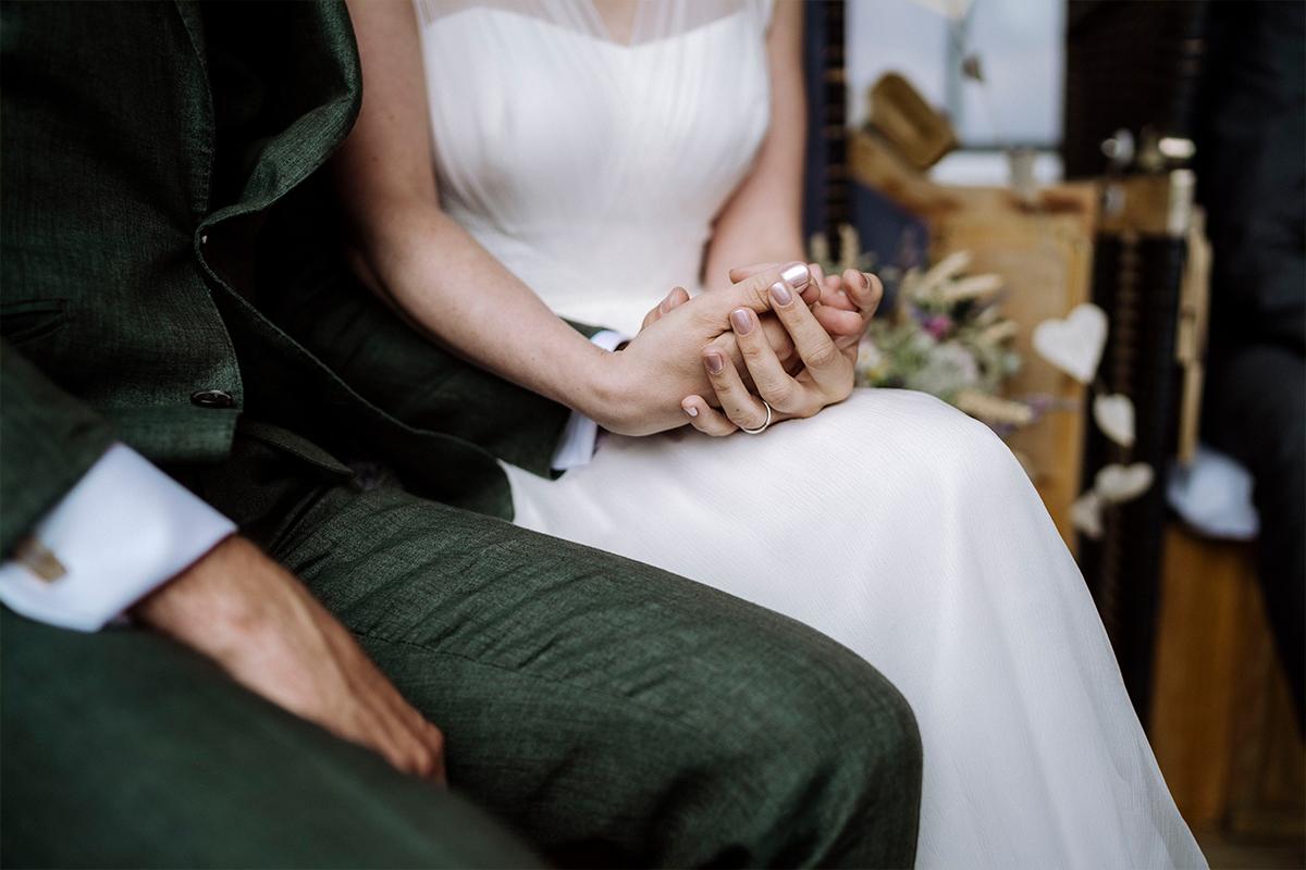 Momentaufnahme freie Trauung Hochzeit Berlin - urbane Hochzeitsfotos im Restaurant Sonnendeck Hochzeitslocation am Wasser Hochzeitsfotograf Berlin © www.hochzeitslicht.de