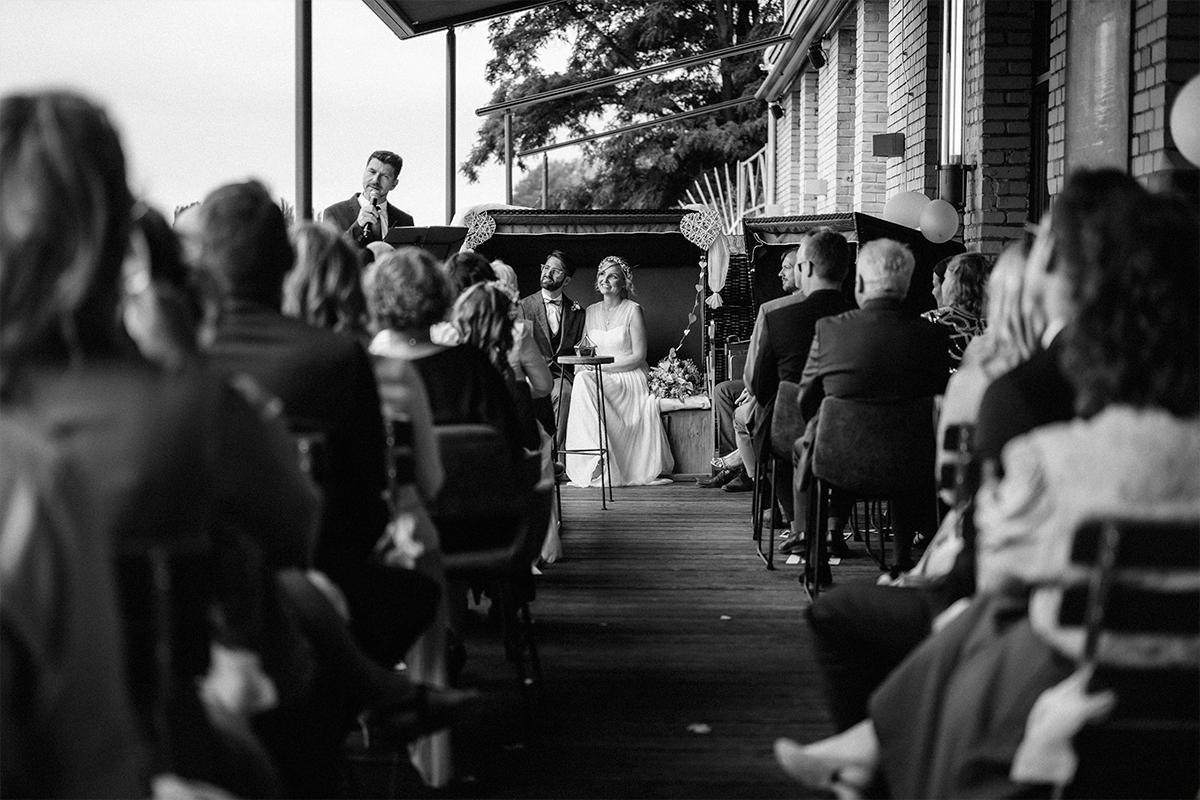 authentisches Hochzeitsfoto freie Trauung Fabrikhochzeit Berlin - urbane Hochzeitsfotos im Restaurant Sonnendeck Hochzeitslocation am Wasser Hochzeitsfotograf Berlin © www.hochzeitslicht.de