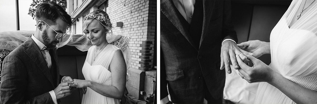 Idee Hochzeitsfotos Ringe Trauung - urbane Hochzeitsfotos im Restaurant Sonnendeck Hochzeitslocation am Wasser Hochzeitsfotograf Berlin © www.hochzeitslicht.de