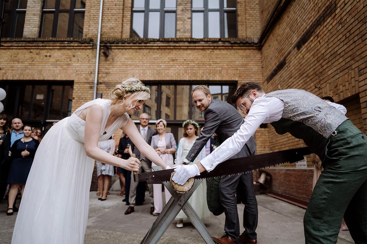Hochzeitsreportage Hochzeitsfotograf Berlin Baumstammsägen - urbane Hochzeitsfotos im Restaurant Sonnendeck Hochzeitslocation am Wasser Hochzeitsfotograf Berlin © www.hochzeitslicht.de