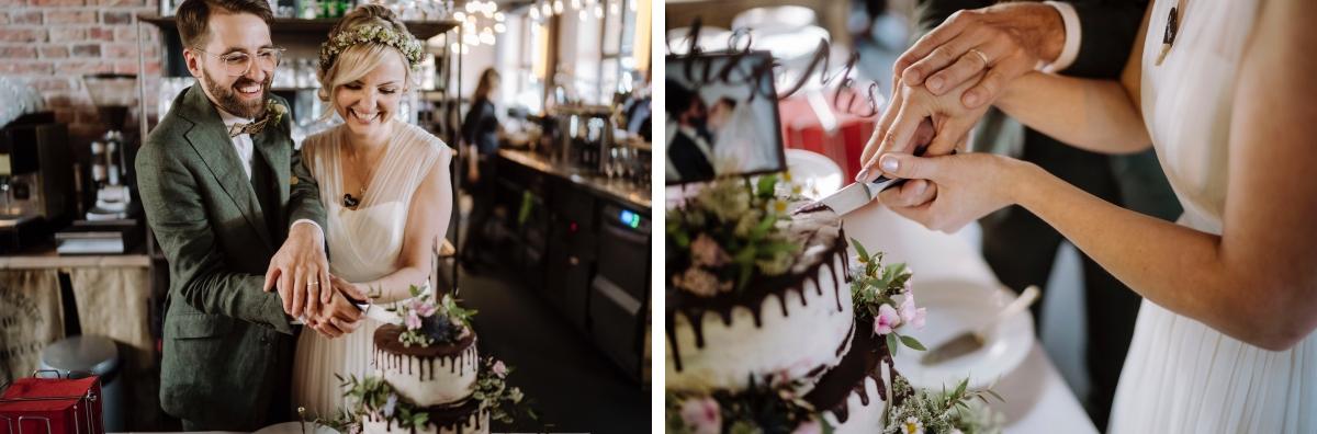 Hochzeitsfotografie Anschneiden Hochzeitstorte - urbane Hochzeitsfotos im Restaurant Sonnendeck Hochzeitslocation am Wasser Hochzeitsfotograf Berlin © www.hochzeitslicht.de