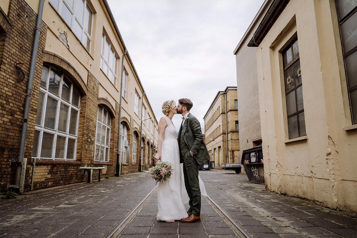 Idee Brautpaarfotoshooting Industrie Fabrikgelände Backstein - urbane Hochzeitsfotos im Restaurant Sonnendeck Hochzeitslocation am Wasser Hochzeitsfotograf Berlin © www.hochzeitslicht.de