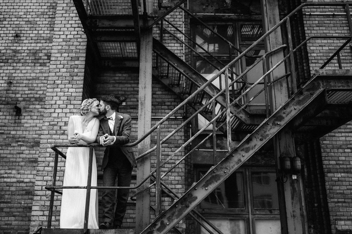 Idee natürliches Paarfotoshooting moderne Location Feuertreppe Fabrik - urbane Hochzeitsfotos im Restaurant Sonnendeck Hochzeitslocation am Wasser Hochzeitsfotograf Berlin © www.hochzeitslicht.de