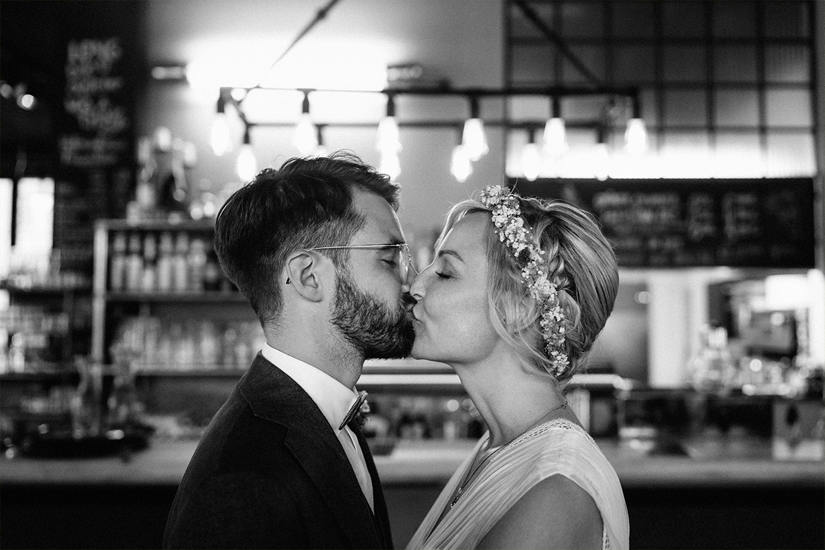 Paarfotoshooting Berlin Kuss Brautpaar Sommerhochzeit - urbane Hochzeitsfotos im Restaurant Sonnendeck Hochzeitslocation am Wasser Hochzeitsfotograf Berlin © www.hochzeitslicht.de