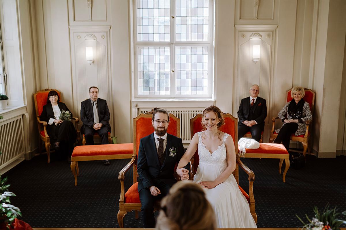 Hochzeitsfoto Trauung Standesamt kleiner Kreis ohne Gäste - Hochzeitsfotograf Berlin Standesamt Hochzeit im Winter im Rathaus Schöneberg © www.hochzeitslicht.de