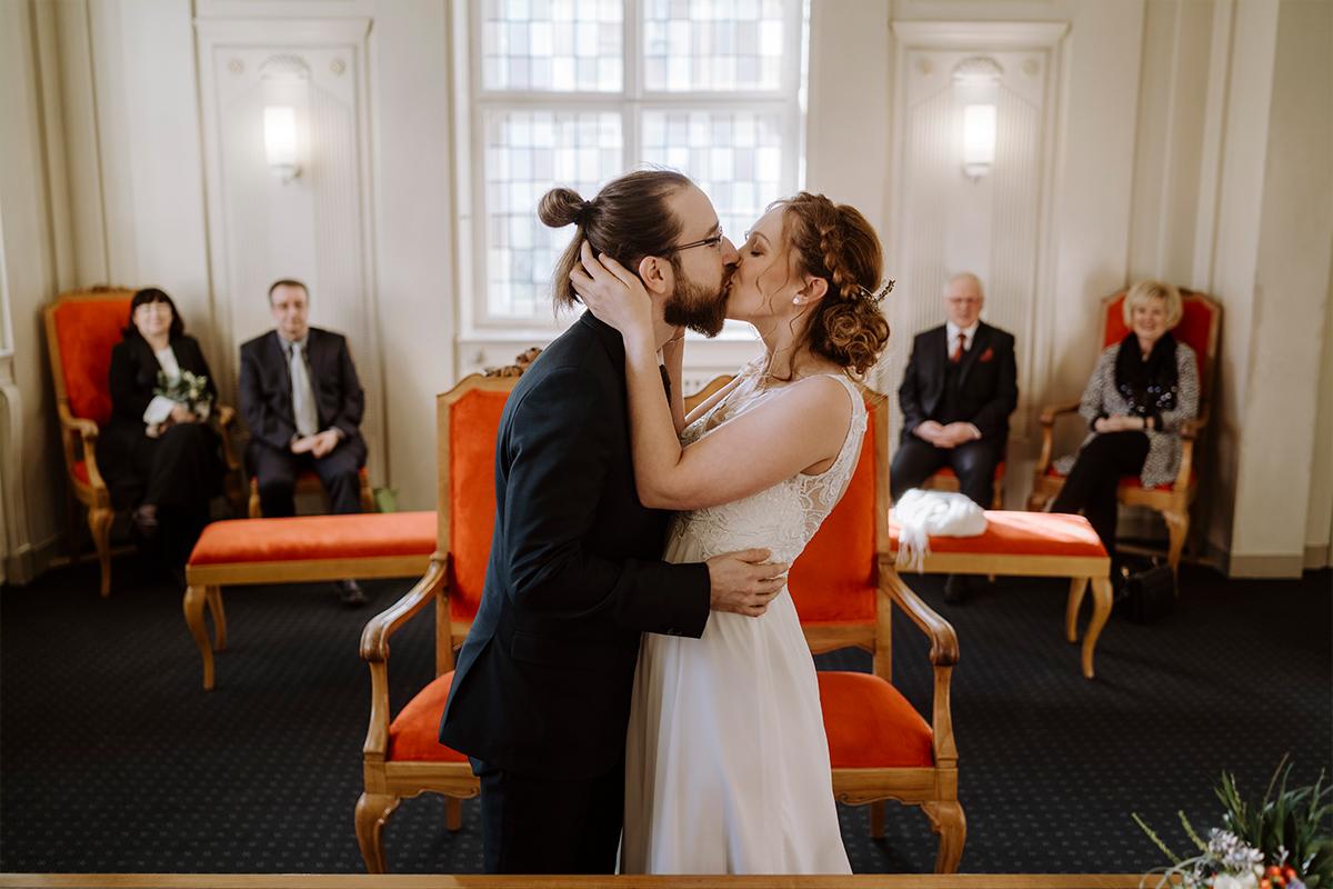 Idee Pose Hochzeitsfoto Trauung Standesamt Kuss Ja-Wort - Hochzeitsfotograf Berlin Standesamt Hochzeit im Winter im Rathaus Schöneberg © www.hochzeitslicht.de