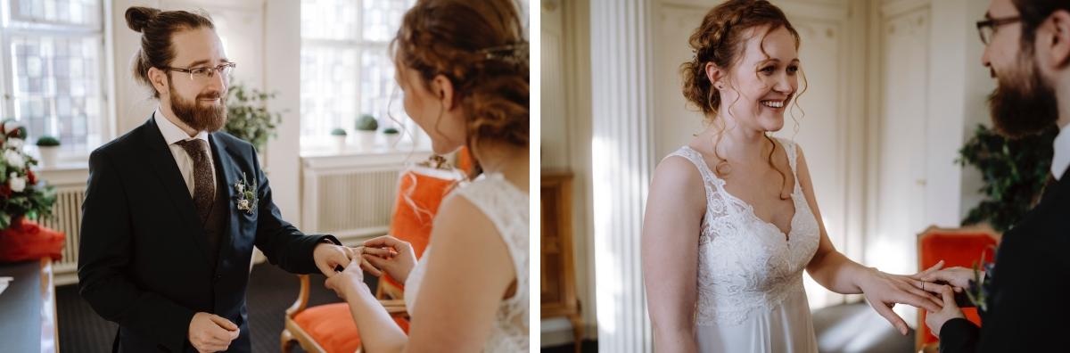 Hochzeitsfoto Ringtausch Standesamt - Hochzeitsfotograf Berlin Standesamt Hochzeit im Winter im Rathaus Schöneberg © www.hochzeitslicht.de