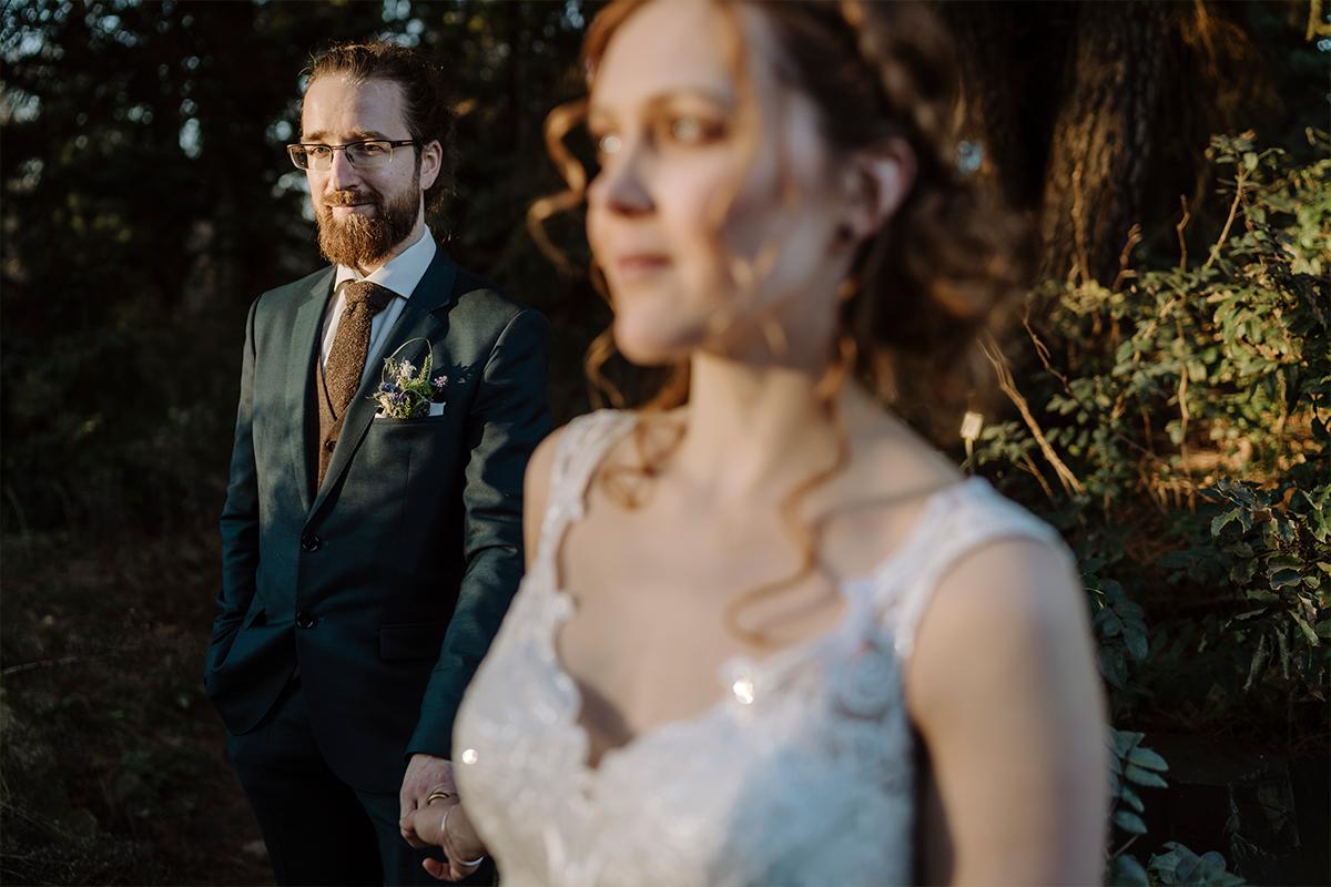 moderne Hochzeitsbilder Brautpaar Natur - Hochzeitsfotograf Berlin Standesamt Hochzeit im Winter im Rathaus Schöneberg © www.hochzeitslicht.de