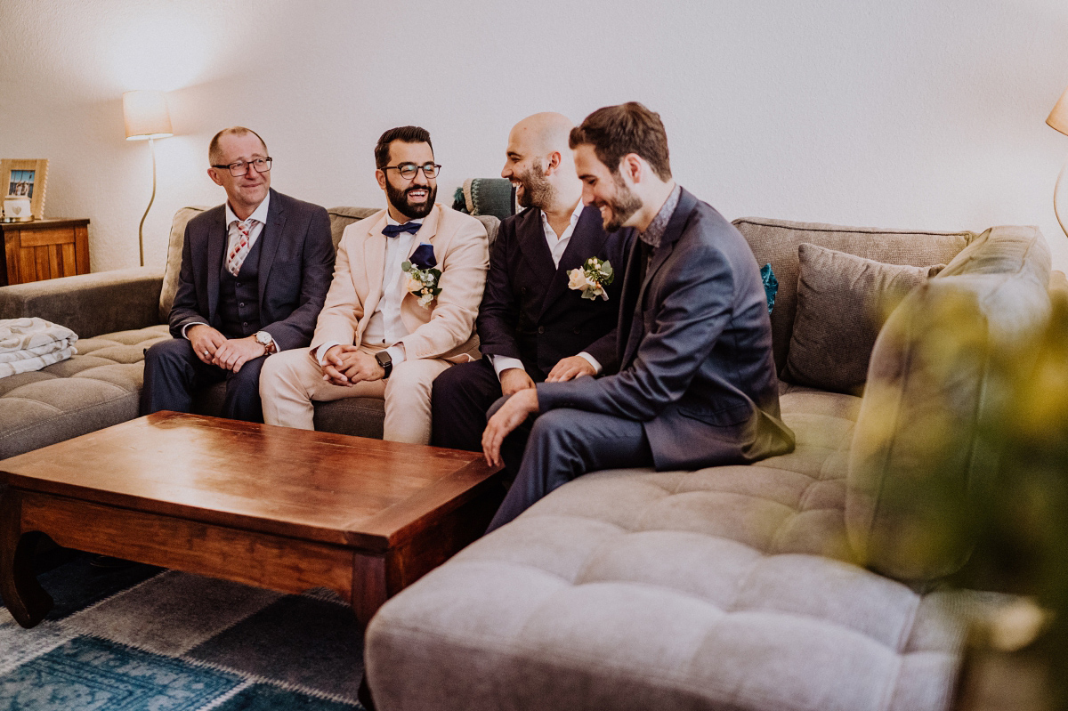 Idee Hochzeitsfoto Bräutigam mit Trauzeugen - Persische Boho-Chic Hochzeit in der Malzfabrik Berlin von Hochzeitsfotografin aus Berlin Friedrichshain © www.hochzeitslicht.de #hochzeitslicht