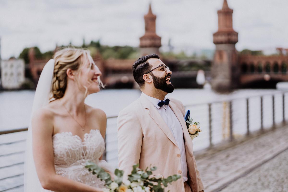 First Look Fotoshooting Oberbaumbrücke - Persische Boho-Chic Hochzeit in der Malzfabrik Berlin von Hochzeitsfotografin aus Berlin Friedrichshain © www.hochzeitslicht.de #hochzeitslicht