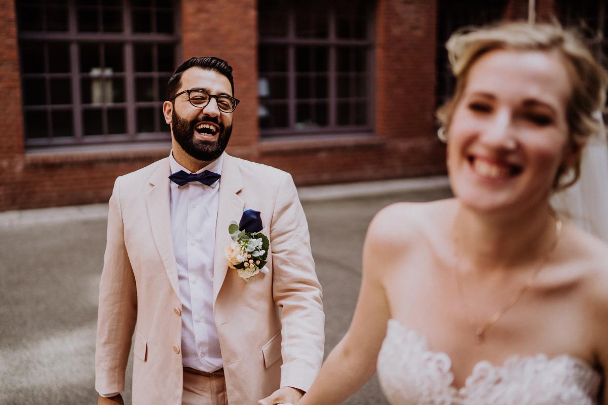 natürliches Hochzeitsfoto Brautpaar Lachen - Persische Boho-Chic Hochzeit in der Malzfabrik Berlin von Hochzeitsfotografin aus Berlin Friedrichshain © www.hochzeitslicht.de #hochzeitslicht
