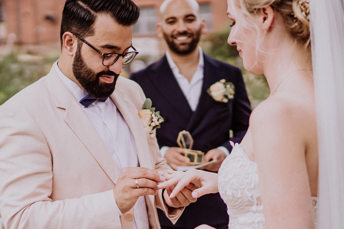 Idee Foto Tausch Ringe freie Trauung - Persische Boho-Chic Hochzeit in der Malzfabrik Berlin von Hochzeitsfotografin aus Berlin Friedrichshain © www.hochzeitslicht.de #hochzeitslicht