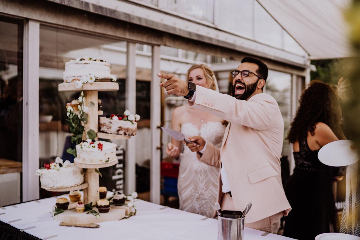 Foto Hochzeit Anschneiden Hochzeitstorte - Persische Boho-Chic Hochzeit in der Malzfabrik Berlin von Hochzeitsfotografin aus Berlin Friedrichshain © www.hochzeitslicht.de #hochzeitslicht