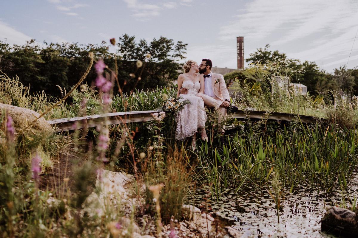 Hochzeitsfotograf Berlin Fotoshooting Brautpaar am Wasser in der Natur - Persische Boho-Chic Hochzeit in der Malzfabrik Berlin von Hochzeitsfotografin aus Berlin Friedrichshain © www.hochzeitslicht.de #hochzeitslicht