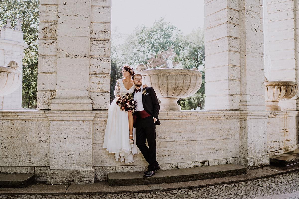 Idee Hochzeitsfoto Brautpaar klassisch vintage in Park Brunnen - Standesamt Berlin Pankow Hochzeitsfotografin auf urbane DIY Gartenhochzeit in Berlin Friedrichshain #hochzeitslicht © www.hochzeitslicht.de