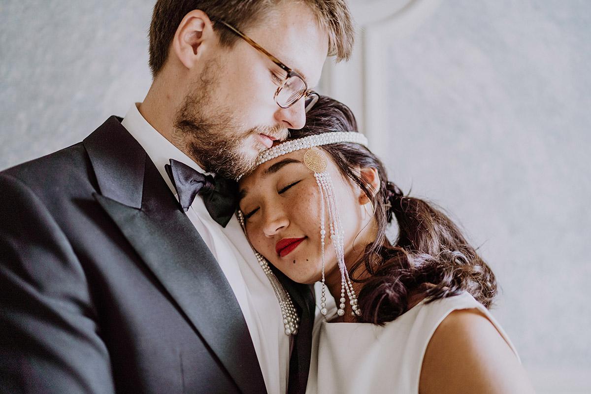 Foto Brautpaar Idee intim romantisch mongolische Braut - Standesamt Berlin Pankow Hochzeitsfotografin auf urbane DIY Gartenhochzeit in Berlin Friedrichshain #hochzeitslicht © www.hochzeitslicht.de