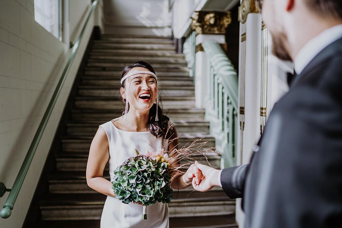 Hochzeitsfoto Brautpaar standesamtliche Hochzeit natürlich - Standesamt Berlin Pankow Hochzeitsfotografin auf urbane DIY Gartenhochzeit in Berlin Friedrichshain #hochzeitslicht © www.hochzeitslicht.de