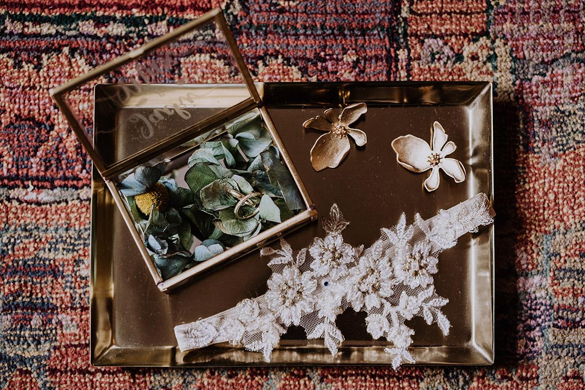 Inspiration Brautschmuck Eheringe urbane natürliche Vintagehochzeit Berlin - Standesamt Berlin Pankow Hochzeitsfotografin auf urbane DIY Gartenhochzeit in Berlin Friedrichshain #hochzeitslicht © www.hochzeitslicht.de