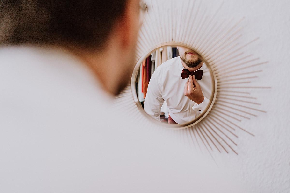Hochzeitsfoto kreativ Bräutigam Spiegel Getting Ready - Standesamt Berlin Pankow Hochzeitsfotografin auf urbane DIY Gartenhochzeit in Berlin Friedrichshain #hochzeitslicht © www.hochzeitslicht.de
