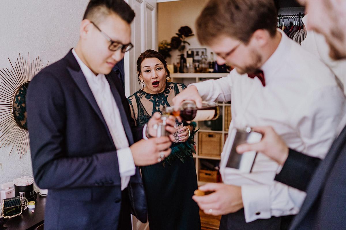 authentische Hochzeitsreportage Hochzeit Berlin Friedrichshain Vorbereitungen Bräutigam zu Hause - Standesamt Berlin Pankow Hochzeitsfotografin auf urbane DIY Gartenhochzeit in Berlin Friedrichshain #hochzeitslicht © www.hochzeitslicht.de