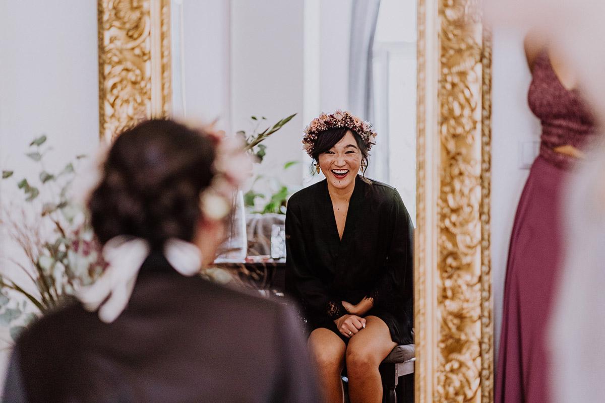 Idee natürliche Hochzeitsfotografie Braut Getting Ready - Standesamt Berlin Pankow Hochzeitsfotografin auf urbane DIY Gartenhochzeit in Berlin Friedrichshain #hochzeitslicht © www.hochzeitslicht.de