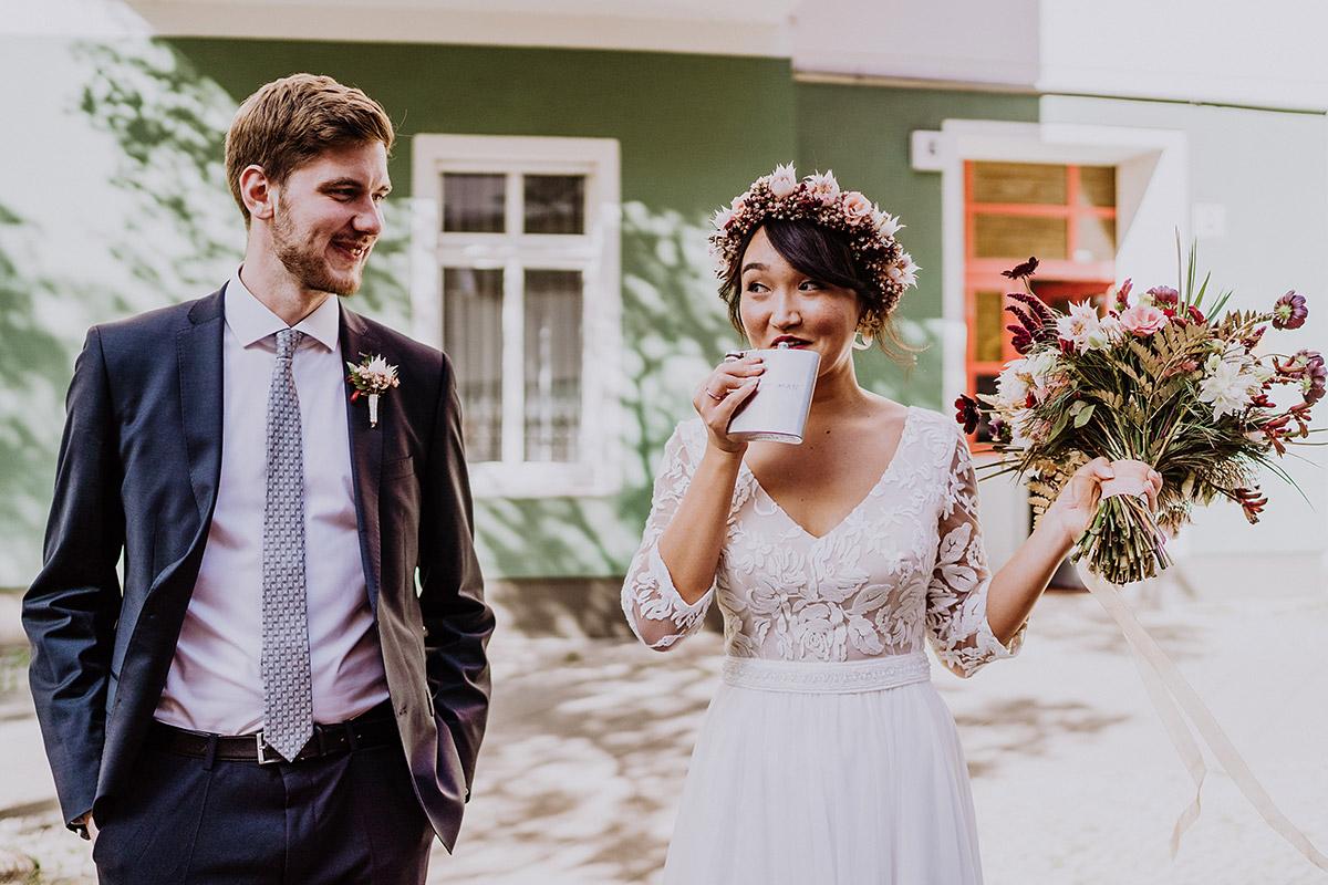 Idee Hochzeitsfoto Braut und Bräutigam lustig - Standesamt Berlin Pankow Hochzeitsfotografin auf urbane DIY Gartenhochzeit in Berlin Friedrichshain #hochzeitslicht © www.hochzeitslicht.de