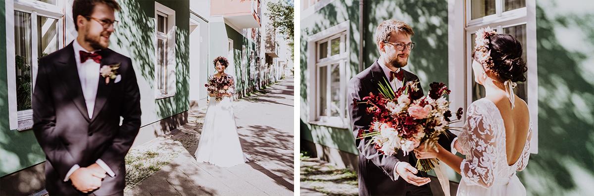 First Look Fotoshooting Idee - Standesamt Berlin Pankow Hochzeitsfotografin auf urbane DIY Gartenhochzeit in Berlin Friedrichshain #hochzeitslicht © www.hochzeitslicht.de