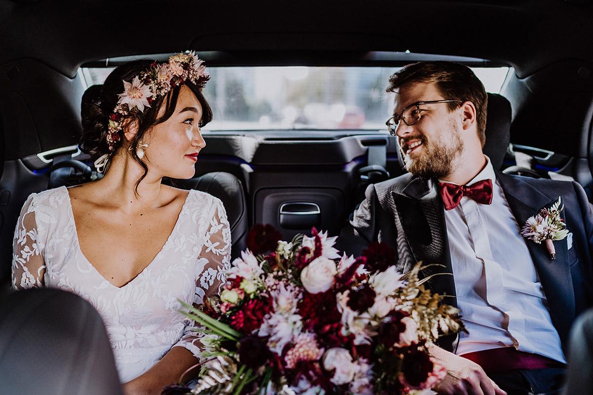 Hochzeitsfoto Brautpaar in Hochzeitsauto Inspiration - Standesamt Berlin Pankow Hochzeitsfotografin auf urbane DIY Gartenhochzeit in Berlin Friedrichshain #hochzeitslicht © www.hochzeitslicht.de